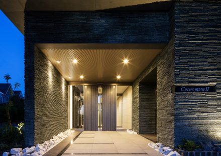名古屋市名東区の賃貸マンションの凹凸のある外壁が高級感を出すエントランス