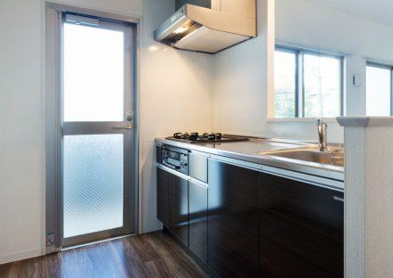 名古屋市名東区のオーナー宅付き賃貸マンションの勝手口が横にあるガスコンロ付オープンキッチン