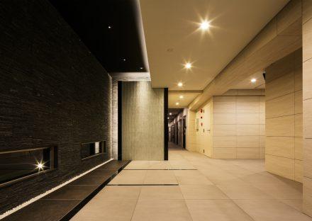 名古屋市名東区の賃貸マンションの大判タイルの明るいエントランスホール