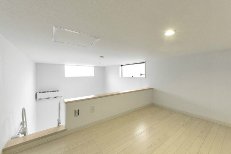 名古屋市緑区の賃貸アパートの上部に窓があり明るいロフト