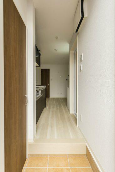 名古屋市緑区のロフト付きメゾネット賃貸の玄関の先にはキッチン付きの洋室