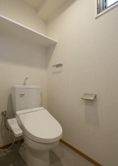 名古屋市中村区のワンルームマンションのシンプルな棚・窓付きトイレ