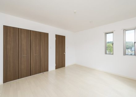 愛知県日進市のメゾネット賃貸アパートの眺めの良い収納付きの洋室