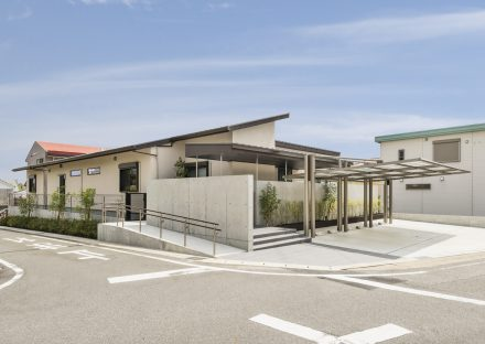 名古屋市瑞穂区の平屋の新築注文住宅の外観全景 屋根付き駐車場もあり