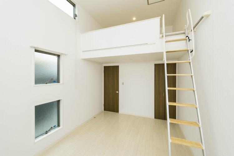 名古屋市緑区の賃貸アパートのロフト付きの窓がおしゃれな洋室写真
