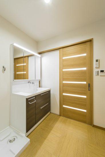 名古屋市瑞穂区の平屋の新築注文住宅のドアの隙間からの光がおしゃれな洗面室