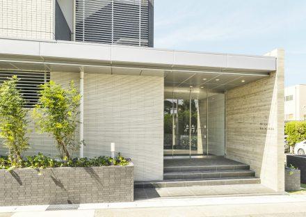名古屋市名東区の賃貸マンションの明るく高級感あるエントランス