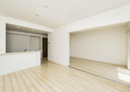 名古屋市名東区の賃貸マンションのナチュラルテイストのLDKと洋室
