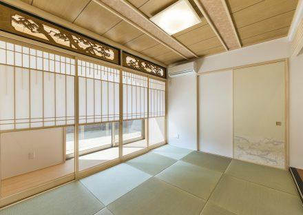 名古屋市名東区の注文住宅の美しい欄間、雪見障子、デザイン天井がバランスよく配置された和室