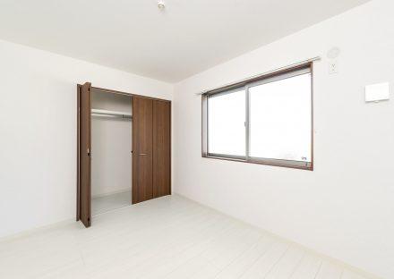 名古屋市中川区の戸建賃貸住宅のハンガーパイプの付いたクローゼット付洋室