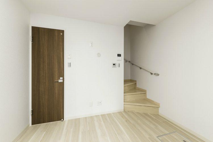 名古屋市緑区の賃貸アパートの階段のある洋室写真
