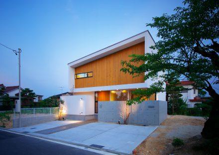 名古屋市守山区の注文住宅のライトに照らされた外観デザイン