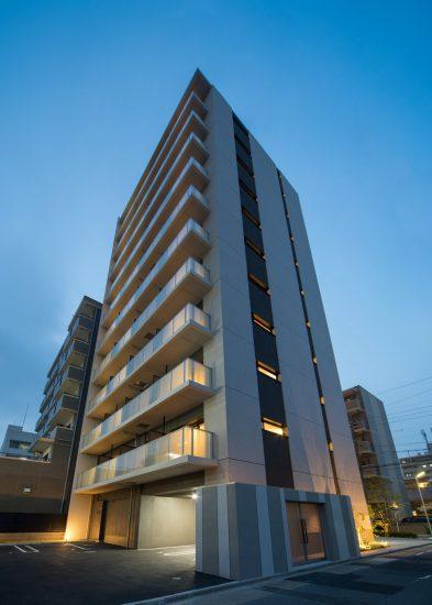 名古屋市中村区のワンルーム賃貸マンションのライトアップされたスタイリッシュな外観