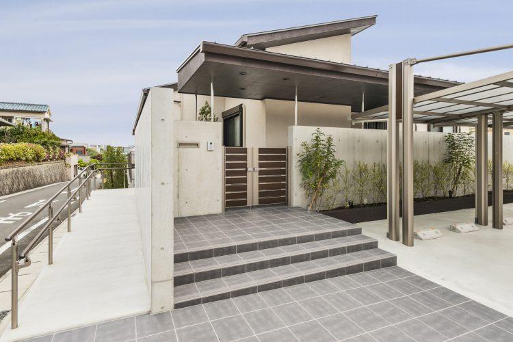 名古屋市瑞穂区の平屋の新築注文住宅の大胆なひさしが印象的なアプローチ