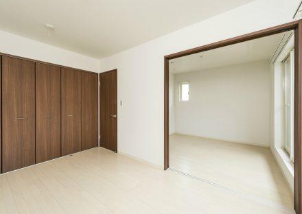 愛知県豊田市の戸建賃貸のつなげて使える収納付き洋室