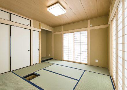 名古屋市瑞穂区の平屋の新築注文住宅の茶道用の炉が備え付けられた美しい凛とした和室