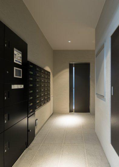 名古屋市中村区のワンルームマンションの黒色のクールなメールボックスと宅配ボックス