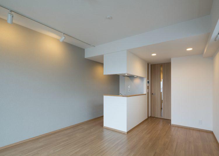 名古屋市中村区のワンルームマンションのライトがおしゃれな白を基調としたリビングダイニング