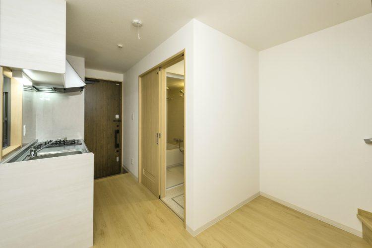名古屋市緑区のロフト付きメゾネット賃貸のキッチンの向かいには洗面室