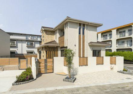 名古屋市名東区の注文住宅のナチュラルカラーの外観デザインと植栽