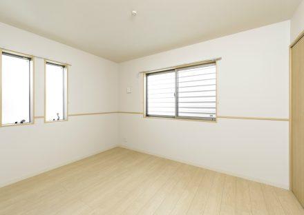 名古屋市北区のメゾネット賃貸アパートの3つの窓が付いた明るい洋室