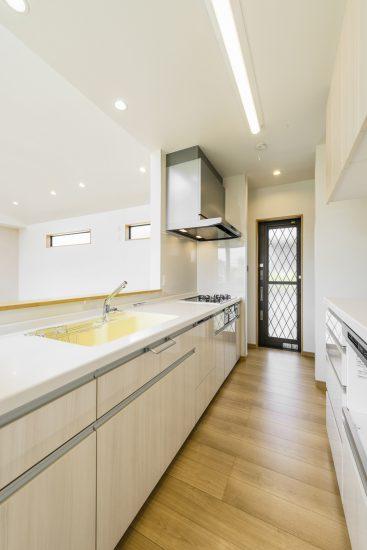 名古屋市瑞穂区の平屋の新築注文住宅の勝手口が横にあり、使いやすいオープンキッチン