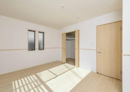 名古屋市北区のメゾネット賃貸のナチュラルテイストなウォークインクローゼット付き洋室
