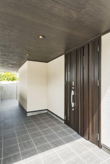 名古屋市瑞穂区の平屋の新築注文住宅のダークブラウンのドアが落ち着いた雰囲気を出す玄関