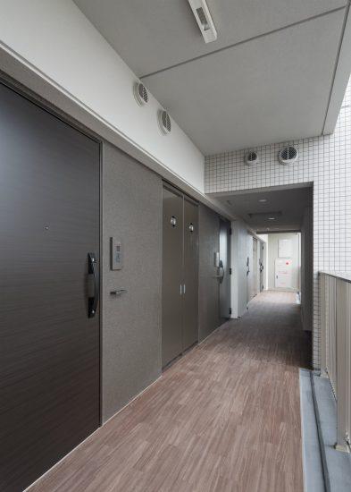 名古屋市中村区のワンルームマンションの落ち着いた色づかいの共用廊下