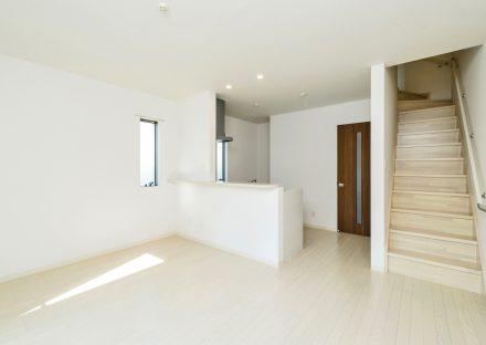 名古屋市中村区のメゾネットアパートの階段のある白を基調にしたLDK