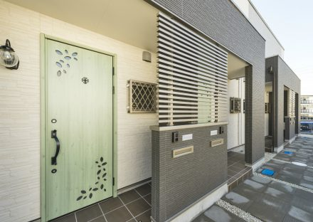 愛知県日進市のメゾネット賃貸の緑のドアがおしゃれな玄関写真