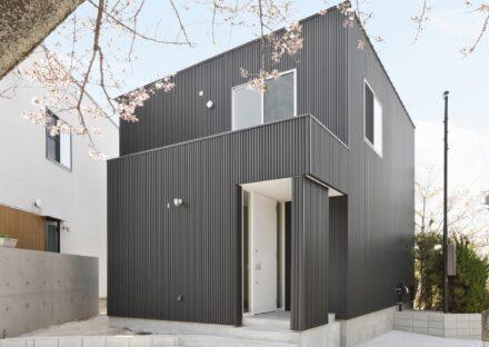 名古屋市守山区の注文住宅の外壁が黒のガルバリウム鋼板のシンプルな外観デザイン