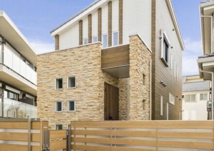 名古屋市名東区の注文住宅のエントランスの彫りの深い石積みサイディングが印象的なデザイン