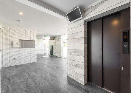 名古屋市名東区の賃貸マンションの壁や床が高級感を出すエレベーターホール