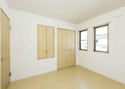 愛知県日進市のメゾネット賃貸の収納付きの洋室写真