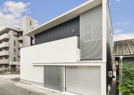 名古屋市千種区の注文住宅の直線で構成されたモノトーン配色と金属の光沢でカッコいい外観デザイン