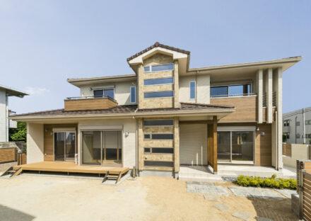 名古屋市名東区の注文住宅の様々な屋根と外壁のデザイン交差する外観