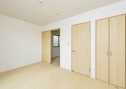 愛知県豊田市の賃貸戸建のナチュラルテイストな収納付き洋室