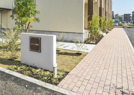 名古屋市北区のメゾネット賃貸アパートの植栽のある玄関アプローチ