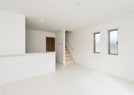 愛知県日進市のメゾネット賃貸アパートの階段のある白を基調にしたLDK