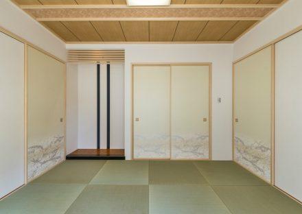 名古屋市名東区の注文住宅のヘリなし畳と床の間がモダンなデザインの和室写真