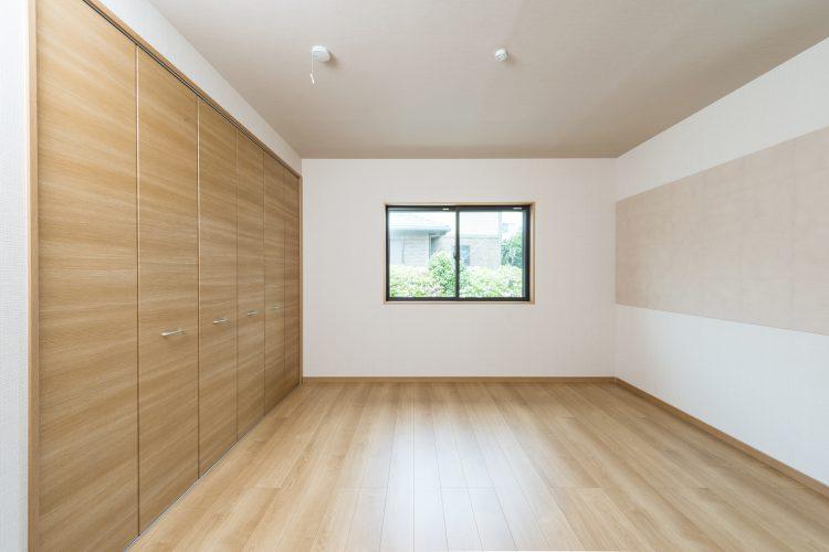 名古屋市瑞穂区の平屋の新築注文住宅の壁一面がクローゼットの洋室