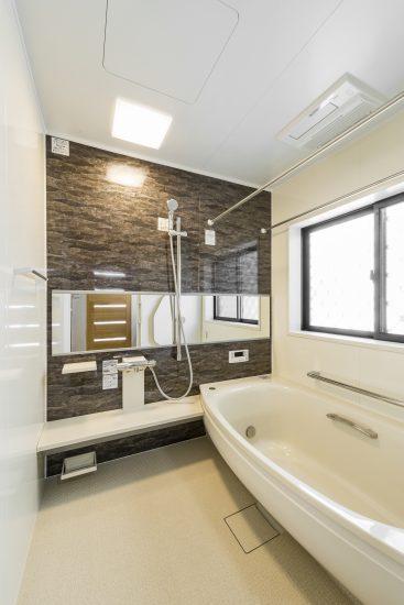 名古屋市瑞穂区の平屋の新築注文住宅の幅広の鏡の付いた広々としたバスルーム
