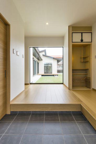 名古屋市瑞穂区の平屋の新築注文住宅の庭の見える玄関ホール