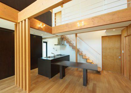 名古屋市守山区の注文住宅の吹き抜け、アイランドキッチン、リビング階段があるLDK