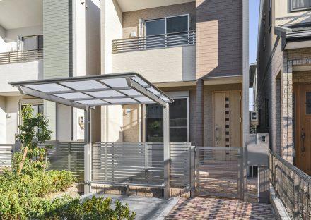 名古屋市中川区の戸建賃貸住宅の緑がありスクエア模様の玄関ドアがおしゃれな外観デザイン