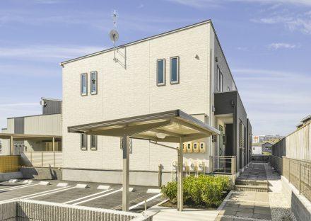 愛知県日進市の駐輪場・駐車場の間に植栽があり、ナチュラルテイストな玄関アプローチ