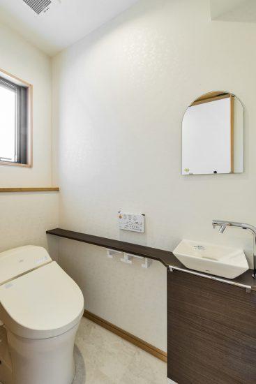 名古屋市瑞穂区の平屋の新築注文住宅の鏡と手洗い場付きトイレ