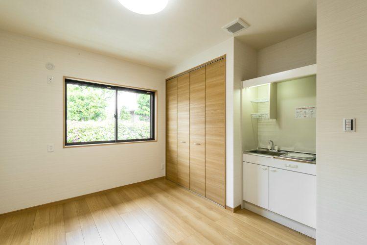名古屋市瑞穂区の平屋の新築注文住宅のミニキッチンのついた洋室
