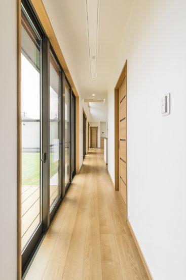 名古屋市瑞穂区の平屋の新築注文住宅の庭に面した明るい廊下
